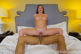 Стройная брюнетка прыгает на половом члене